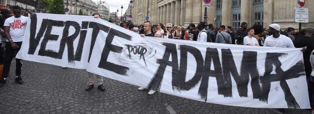 Des manifestants participent à la marche demandant la «vérité pour Adama», jeune homme de 24ans mort lors de son interpellation le 19 juillet dans le Val-d'Oise.