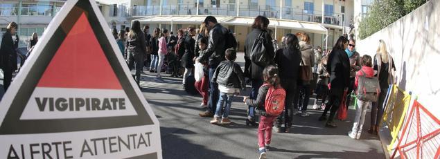 Dans le cadre du plan Vigipirate, le gouvernement veut encore renforcer la surveillance aux abords des écoles (ici un établissement à Cannes).