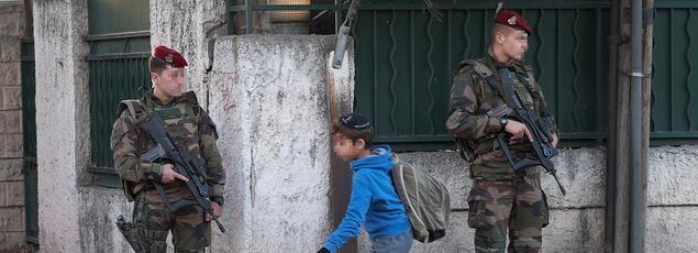 Des militaires français devant l'école juive «La Source» à Marseille en janvier 2016.