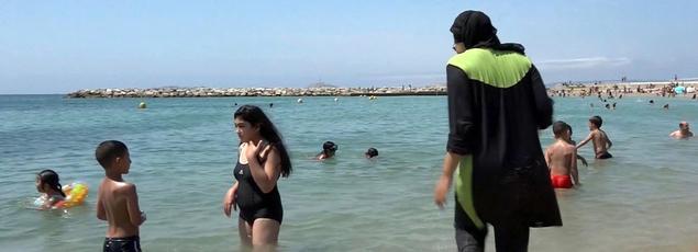Une femme se baigne en burkini sur une plage de Marseille.