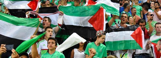 Les supporteurs de l'AS Saint-Etienne brandissent des drapeaux palestiniens face au Beitar Jérusalem.