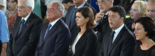Le président italien Sergio Mattarella, du Sénat Pietro Grasso, la présidente de la Chambre des députés Laura Boldrini et le premier ministre Matteo Renzi et sa femme Agnese ont assisté à une messe samedi à Ascoli Piceno.