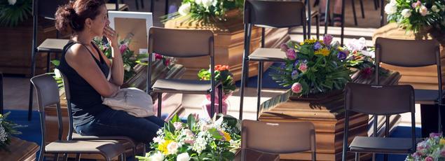 Tôt dans la matinée, 35 cercueils ont été alignés dans une enceinte sportive du centre d'Ascoli Piceno.
