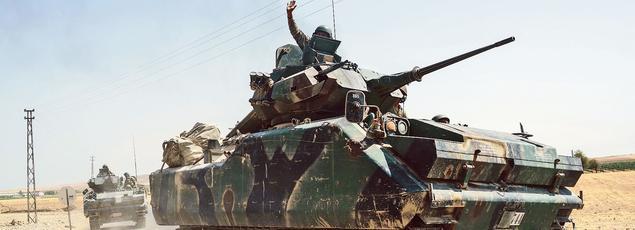 Des blindés turcs, annoncés en direction du fief islamiste de Djarabulus, s'apprêtent à franchir la frontière syrienne, le 27 août.