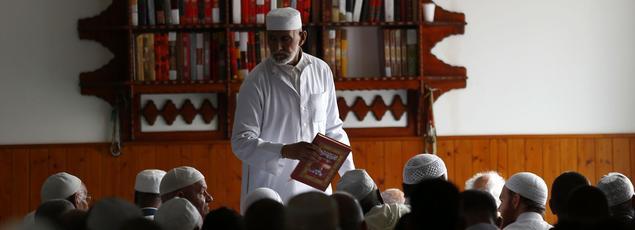 Prière pour le père Jacques Hamel le 29 juillet dernier à la mosquée Yahia de Saint-Etienne-du-Rouvray.