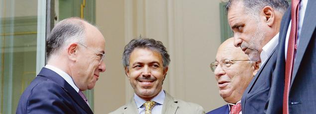 Bernard Cazeneuve, ministre de l'Intérieur, salue d'une poignée de main Dalil Boubakeur, recteur de la Grande Mosquée de Paris, après une rencontre avec les représentants de la communauté musulmane, lundi à Paris.