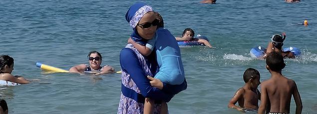 Une femme avec un burkini, cet été, sur une plage marseillaise.
