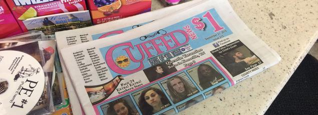 Le guichet de la station essence de Gordonsville sur lequel se trouve des exemplaires de l'hebdomadaire Cuffed News.