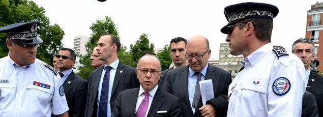 Didier Paillard, ici à droite de Cazeneuve lors de la visite du ministre de l'Intérieur à Saint-Denis, a démissionné.