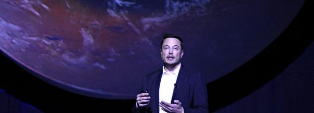 Elon Musk à côté d'une fusée SpaceX en mai 2014.