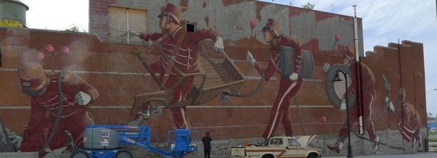 Sur la fresque murale de Pat Perry, dans le quartier Eastern Market de Detroit, six membres d'un «marching band» improvisent une joyeuse mélodie.