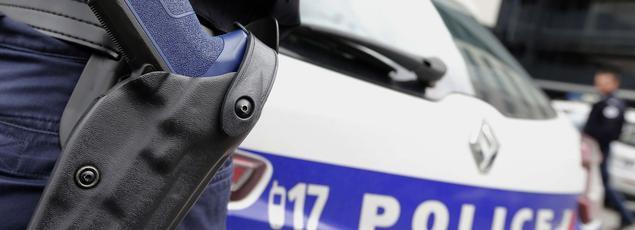 L'enseignant dit avoir été alors immobilisé contre une porte par des policiers qui, selon lui, l'ont «insulté» et ont menacé de le «tuer».