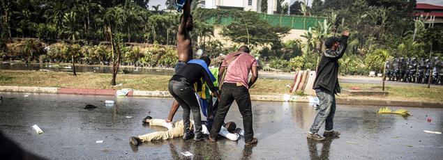 Un partisan de Jean Ping, candidat battu à l'élection présidentielle, gît au sol après une intervention de la police gabonaise, le 31août à Libreville.