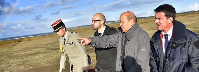 Jean-Yves Le Drian et Manuel Valls samedi à Groix.