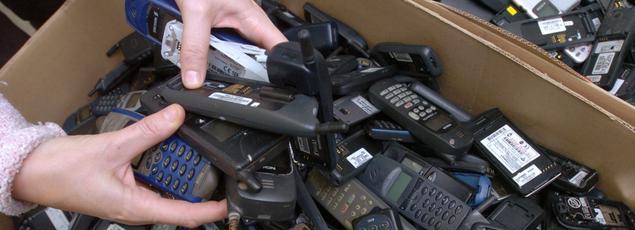 Vue prise le 23 novembre 2006 au Peux du Pin (Deux-Sèvres) dans les Ateliers du Bocage - une société d'Emmaüs -, de cartons remplis de téléphones portables usagés destinés à être recyclés ou réparés.
