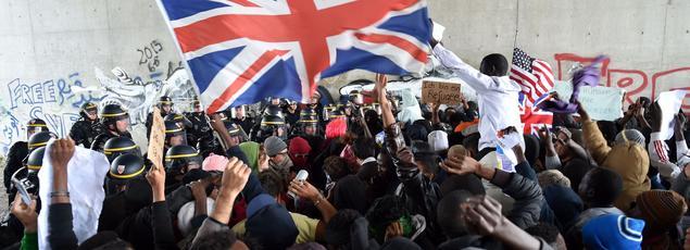 A la frontière française, des migrants manifestent pour passer en Angleterre.
