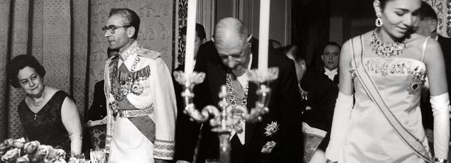Le 18octobre 1963, le général de Gaulle invite le shah d'Iran, Mohammad Reza, et l'impératrice Farah Diba à l'ambassade de France, à Téhéran, pour un dîner de gala.