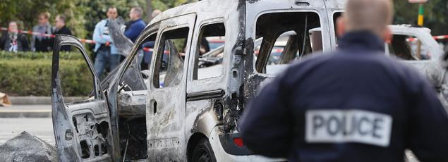 Les deux voitures des policiers ont été totalement détruites.