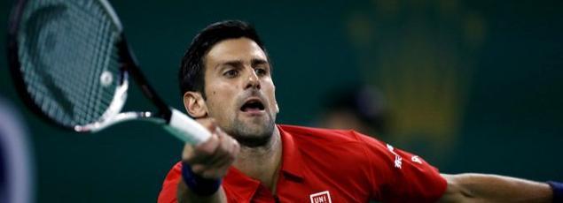 Novak Djokovic en pleine action lors de son opposition face à Fabio Fognini.
