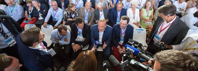 À l'approche de l'élection présidentielle, les patrons   ici réunis autour de Pierre Gattaz, lors de l'université d'été du Medef   dénoncent les carcans qui les étouffent. Ils veulent placer l'économie au cœur du débat.