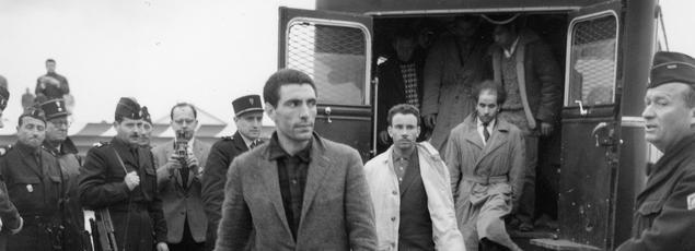 Après la manifestation du 17 octobre, des Algeriens escortés par les CRS à l' aéroport d' Orly sont expulsés de France par la police le 19 octobre 1961.