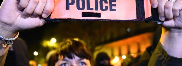 Une officier de police lors de la manifestation à Paris ce jeudi soir.