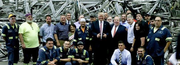 Donald Trump est pris en photo au milieu d'ouvriers sidérurgistes, lors d'une étape de sa campagne dans une usine de retraitement de métaux, à Monessen (Pennsylvanie), en juin 2016.
