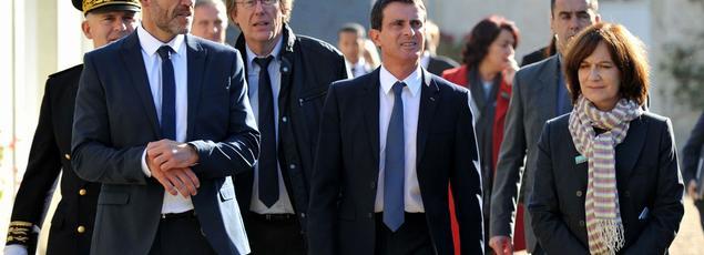 Manuel Valls en déplacement à Beaumont-en-Veron, le 22 octobre.