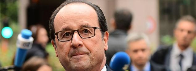 François Hollande répond à des journalistes, à son arrivée, jeudi à Bruxelles, pour un sommet de l'UE.