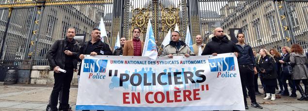 Des policiers manifestent pour protester contre leurs conditions de travail, à Paris.