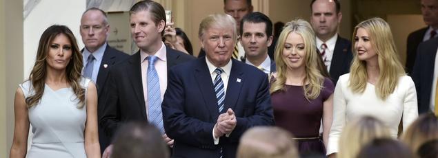 Donald Trump entouré de sa femme (à gauche) et de ses enfants, lors de son arrivée à l'inauguration de son nouvel hôtel à Washington.