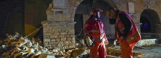 Les secours cherchent de potentielles victimes dans le village de Visso, touché par le tremblement de terre, ce mercredi soir.