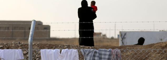 Une femme irakienne et son bébé ayant fui Mossoul photographiés dans un camp de déplacés à l'est d'Erbil.