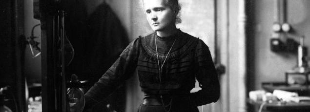 Marie Curie dans son laboratoire de la faculté des sciences de Paris vers 1910.