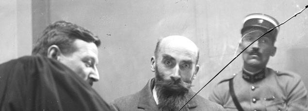 Landru, au cours de son procès en novembre 1921 feuillette le cahier de ses notes.