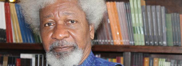 Très critique vis-à-vis de son propre gouvernement, Wole Soyinka avait passé deux ans en prison entre 1967 et 1969 pour avoir soutenu le mouvement d'indépendance du Biafra.