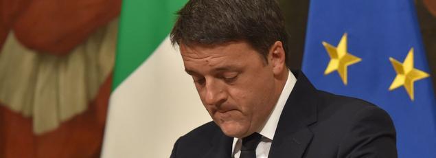 Matteo Renzi annonçant sa démission lors d'une conférence de presse dimanche soir à Rome.