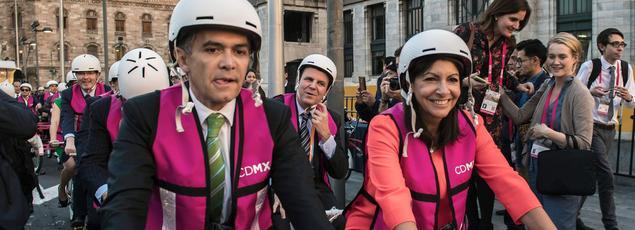 Miguel Angel Mancera (à gauche), maire de Mexico, en marge du sommet du C40, un réseau présidé par Anne Hidalgo (à droite)qui regroupe les maires de 90 grandes villes à travers le monde, le 30 novembre.