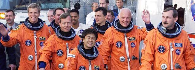 John Glenn (2e en partant de la droite), le 29 octobre 1998, avec l'équipage de la navette Discovery.