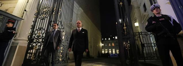 Le premier ministre Bernard Cazeneuve lors de la passation des pouvoirs avec le nouveau ministre de l'Intérieur Bruno Le Roux.