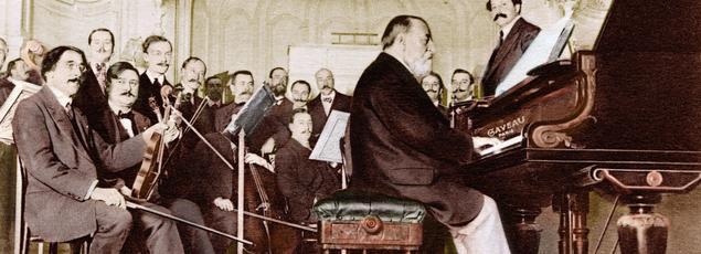 Le pianiste Camille Saint-Saëns donnant un concert avec l'orchestre dirigé par Pierre Monteux le 6 novembre 1913, salle Gaveau à Paris.