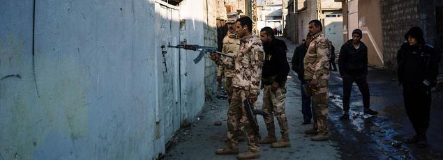 Des soldats irakiens inspectent les habitations à l'est de Mossoul, ce lundi.