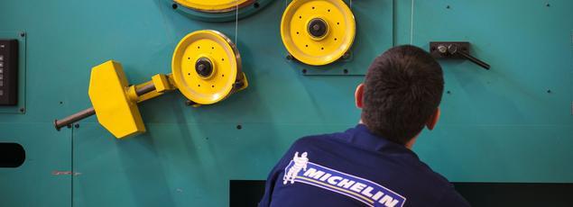 Un employé de l'usine Michelin de Vannes (Morbihan).