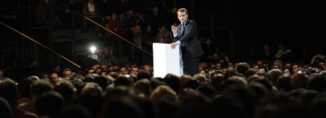 Emmanuel Macron en meeting à Lille samedi 14janvier. Après Nevers et Clermont-Ferrand, l'ancien ministre réussit à faire alle comble (5000personnes) quand les candidats socialistes peinent à remplir les salles.