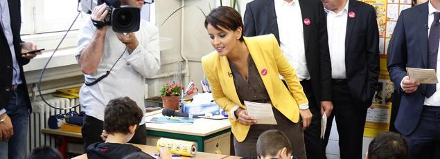 La ministre de l'Éducation nationale, Najat Vallaud-Belkacem, faisant la dictée.