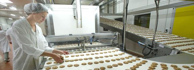 Une employée de la biscuiterie Filet Bleu, spécialisée dans la fabrication de gâteaux bretons.