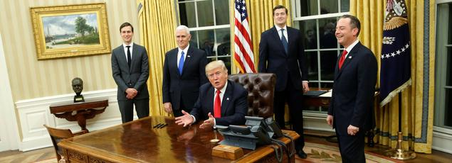 Donald Trump dans le Bureau ovale, vendredi, après son investiture, entouré de Jared Kushner, Mike Pence, Rob Porter et Reince Priebus.