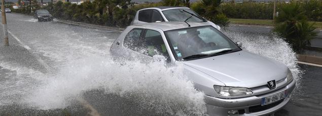 Un véhicule circule sur une route inondée à Palavas-les-Flots, le 13 octobre 2016.