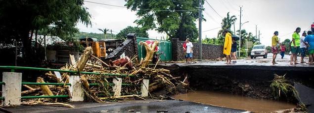 Une internaute a posté plusieurs photos montrant les dégâts causés par les pluies diluviennes sur la côte ouest de Tahiti. Ici, une route a été coupée, au nord-ouest de Tahiti.
