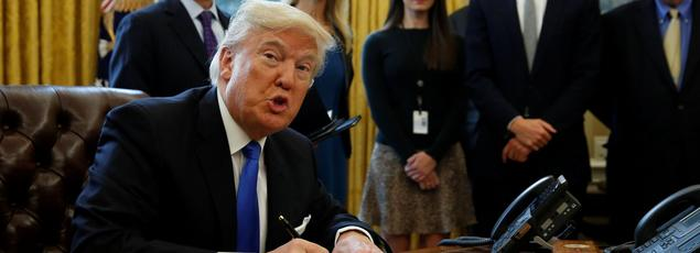 Donald Trump montre à la presse le décret signé sur l'oléoduc de Dakota du Nord, ce mardi 24 janvier.